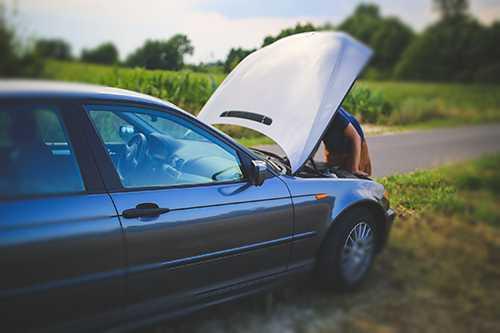 Naprawianie auta w trasie, źródło: pexels