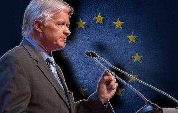 Włodzimierz Cimoszewicz na tle flagi UE, autor zdjęcia: nieznany