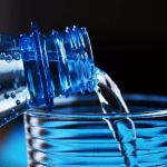 Butelka wody, nalewanie