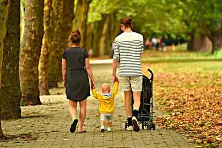Rodzina na spacerze w parku, źródło: pixabay.com