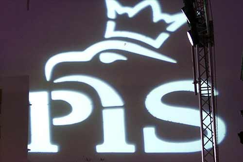 Logo PiS wyświetlone na ścianie, foto: Wiki Commmons.