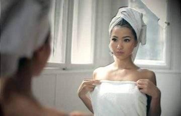 Ładna pani w ręczniku po kąpieli!